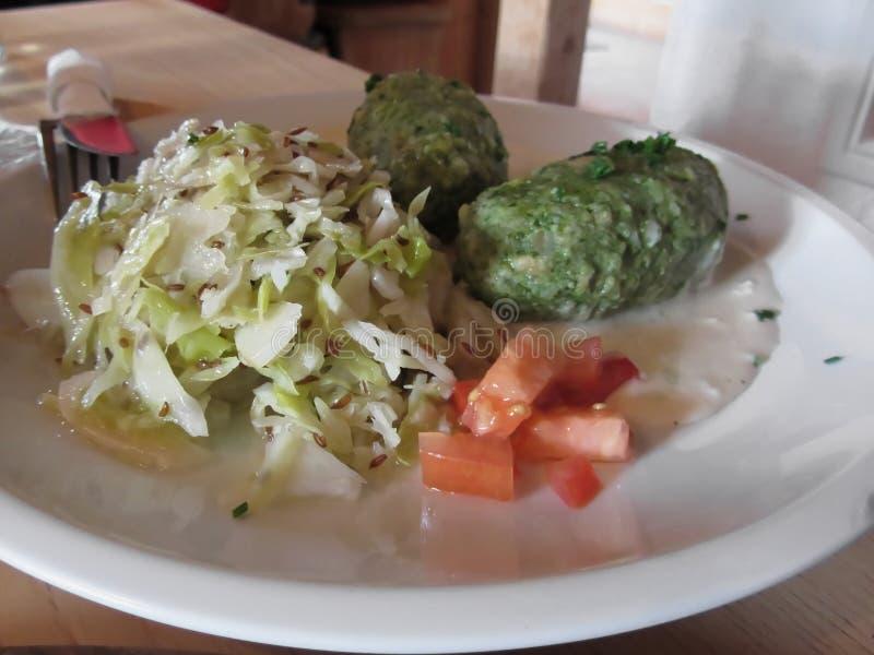 Χαρακτηριστικό νότιο τυρολέζικο πιάτο των ζυμαρικών canederli με sauerkraut στοκ εικόνες με δικαίωμα ελεύθερης χρήσης