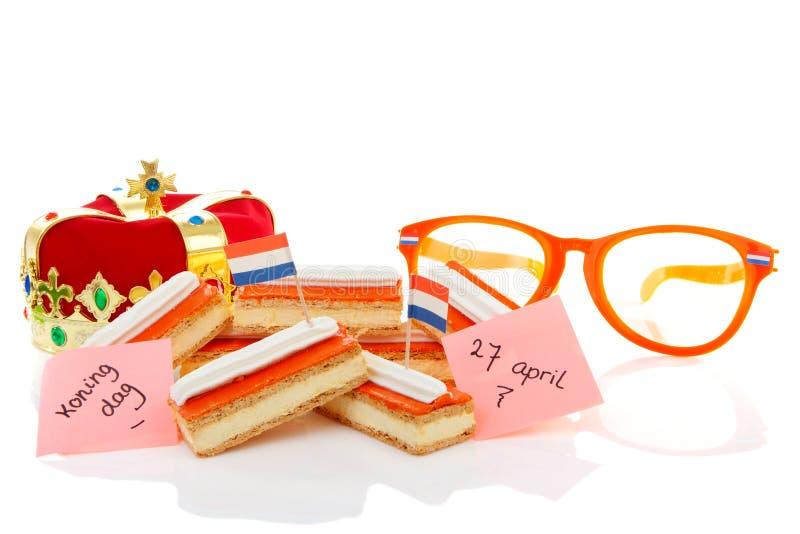 Χαρακτηριστικό ολλανδικό γλυκό tompouce με την κορώνα και τα γυαλιά στοκ φωτογραφία με δικαίωμα ελεύθερης χρήσης