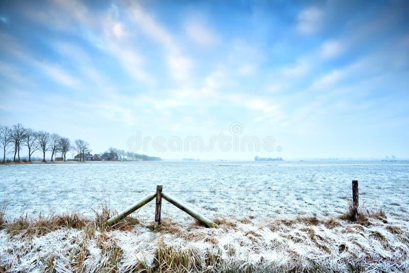 Χαρακτηριστικό ολλανδικό καλλιεργήσιμο έδαφος το χειμώνα στοκ φωτογραφία