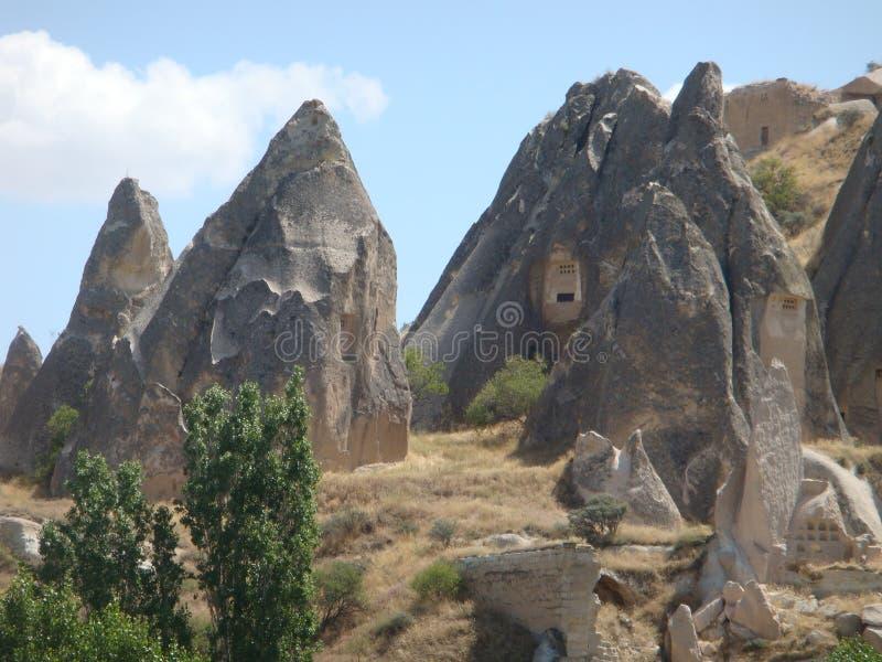 Χαρακτηριστικό πανόραμα των παράξενων βράχων μορφής του φυσικού πάρκου Goreme σε Capadoccia στην Τουρκία στοκ εικόνες