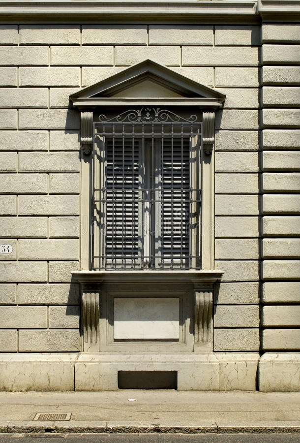 Χαρακτηριστικό παράθυρο από τη Florentine αρχιτεκτονική. Φλωρεντία, Ιταλία στοκ φωτογραφία με δικαίωμα ελεύθερης χρήσης