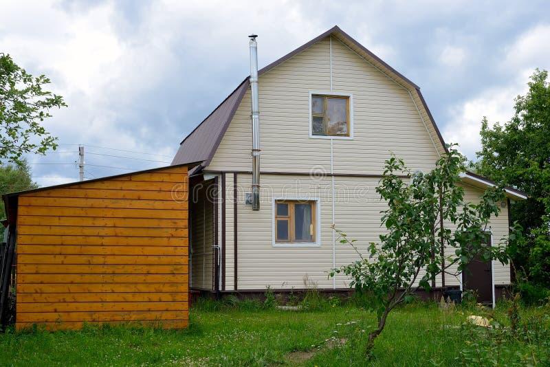 Χαρακτηριστικό ρωσικό εξοχικό σπίτι, dacha στα ρωσικά στοκ εικόνες