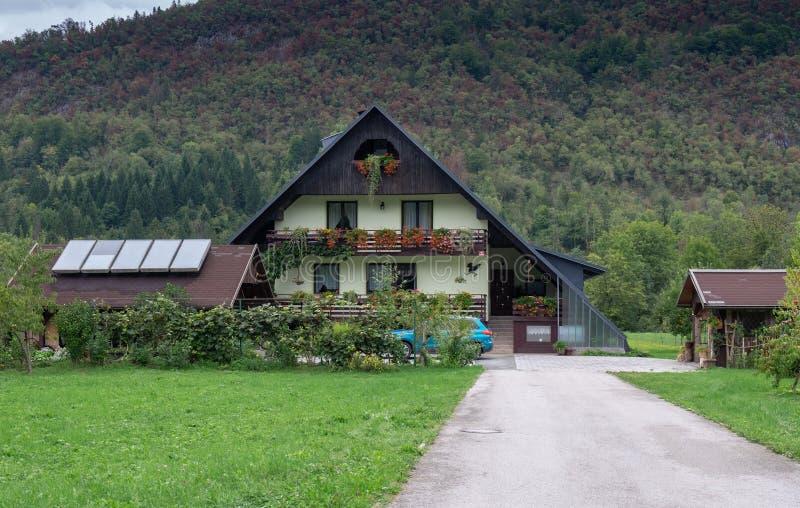 Χαρακτηριστικό σπίτι στο χωριό της Σλοβενίας Περιοχή Bohinj στοκ εικόνες