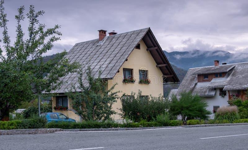 Χαρακτηριστικό σπίτι στο χωριό της Σλοβενίας Περιοχή Bohinj στοκ φωτογραφία με δικαίωμα ελεύθερης χρήσης