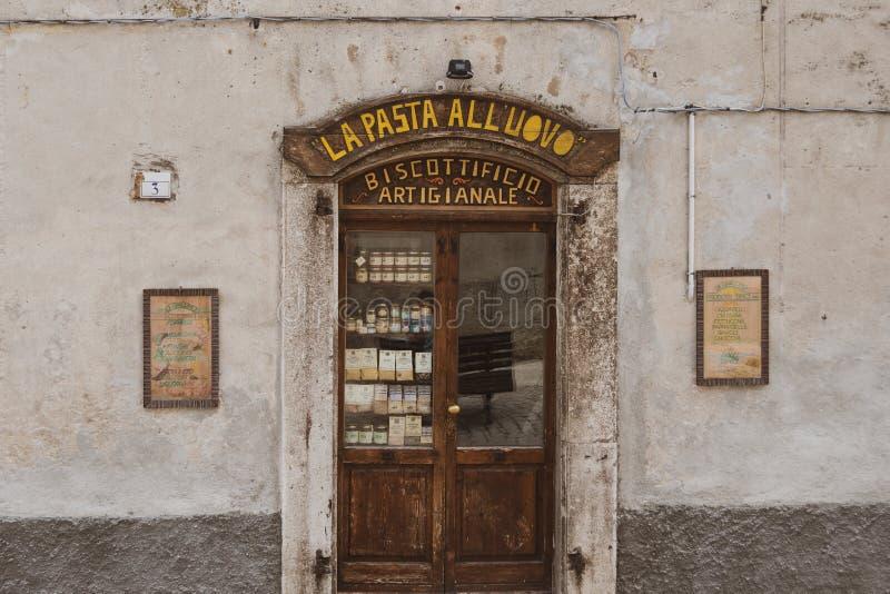 Χαρακτηριστικό σπιτικό κατάστημα ζυμαρικών στην Ιταλία στοκ φωτογραφίες