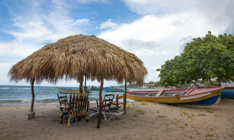 Χαρακτηριστικό τζαμαϊκανό καταφύγιο παραλιών και αλιευτικά σκάφη στοκ φωτογραφίες