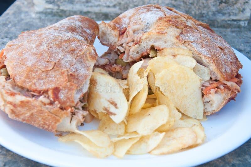 Χαρακτηριστικό της Μάλτα ψωμί αποκαλούμενο ftira που συνοδεύεται από τις τηγανιτές πατάτες στοκ εικόνες