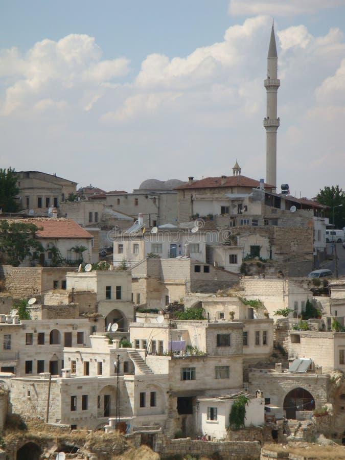 Χαρακτηριστικό χωριό Capadoccia με το μιναρές του Τουρκία στοκ φωτογραφίες με δικαίωμα ελεύθερης χρήσης