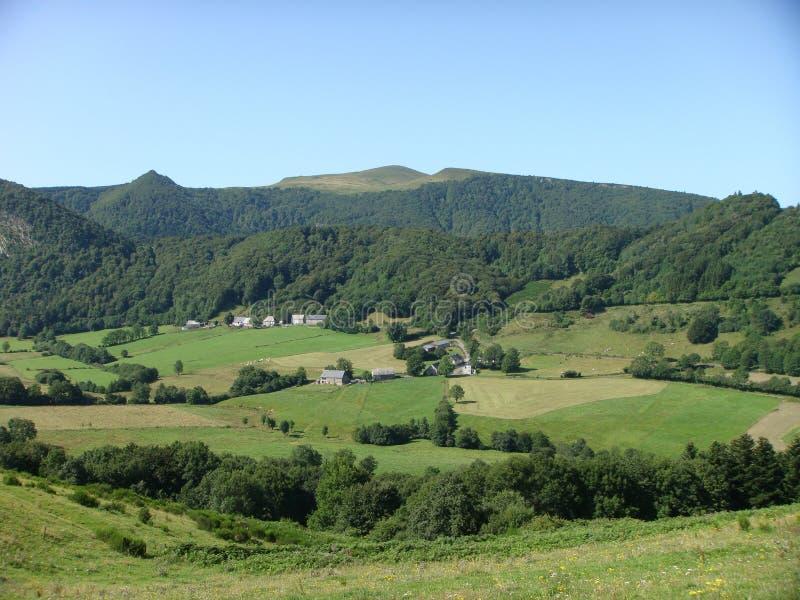 Χαρακτηριστικό verdant τοπίο των ηφαιστείων Auvergne στη Γαλλία στοκ φωτογραφίες με δικαίωμα ελεύθερης χρήσης