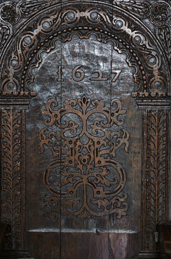 Χαρασμένη ξύλινη πλάτη 1627 καρεκλών στοκ εικόνες