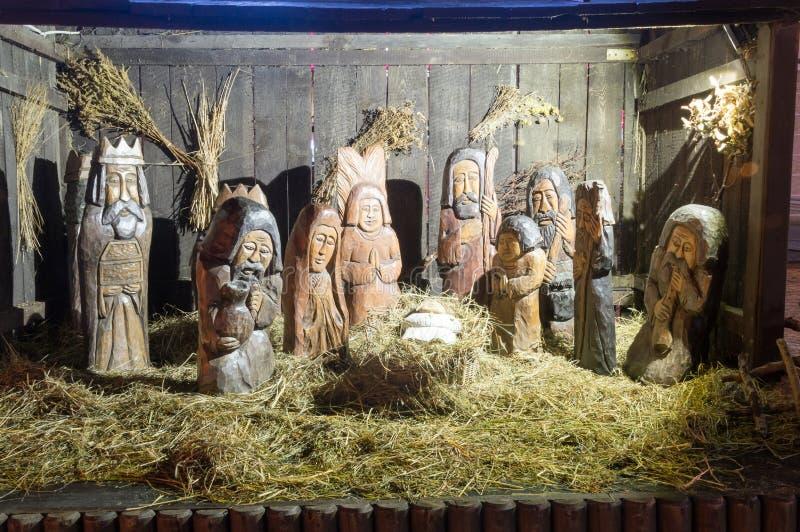 Χαρασμένη ξύλινη σκηνή Nativity με τον Ιησού στο χρόνο Χριστουγέννων στοκ φωτογραφία με δικαίωμα ελεύθερης χρήσης