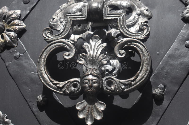 Χαρασμένη πόρτα λαβή μετάλλων στοκ φωτογραφίες
