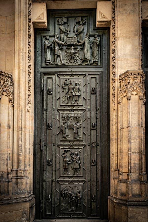Χαρασμένη πόρτα στον καθεδρικό ναό του ST Vitus Γοτθικό ύφος, 14ος αιώνας στοκ εικόνα