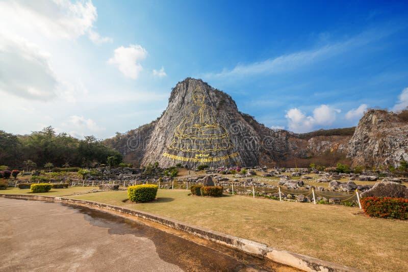 Χαρασμένη χρυσή εικόνα του Βούδα στον απότομο βράχο του Ιαν. Khao Chee στις Pattaya, Ταϊλάνδη στοκ εικόνες