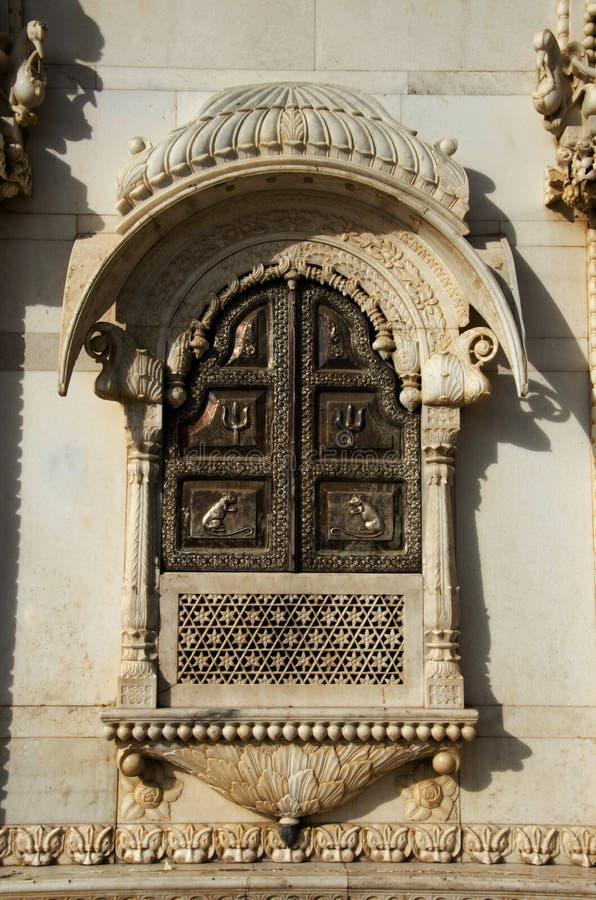 Χαρασμένο παράθυρο στον εξωτερικό τοίχο του ναού, Karni Mata ή του ναού των αρουραίων, Bikaner, Rajasthan, Ινδία στοκ εικόνα με δικαίωμα ελεύθερης χρήσης