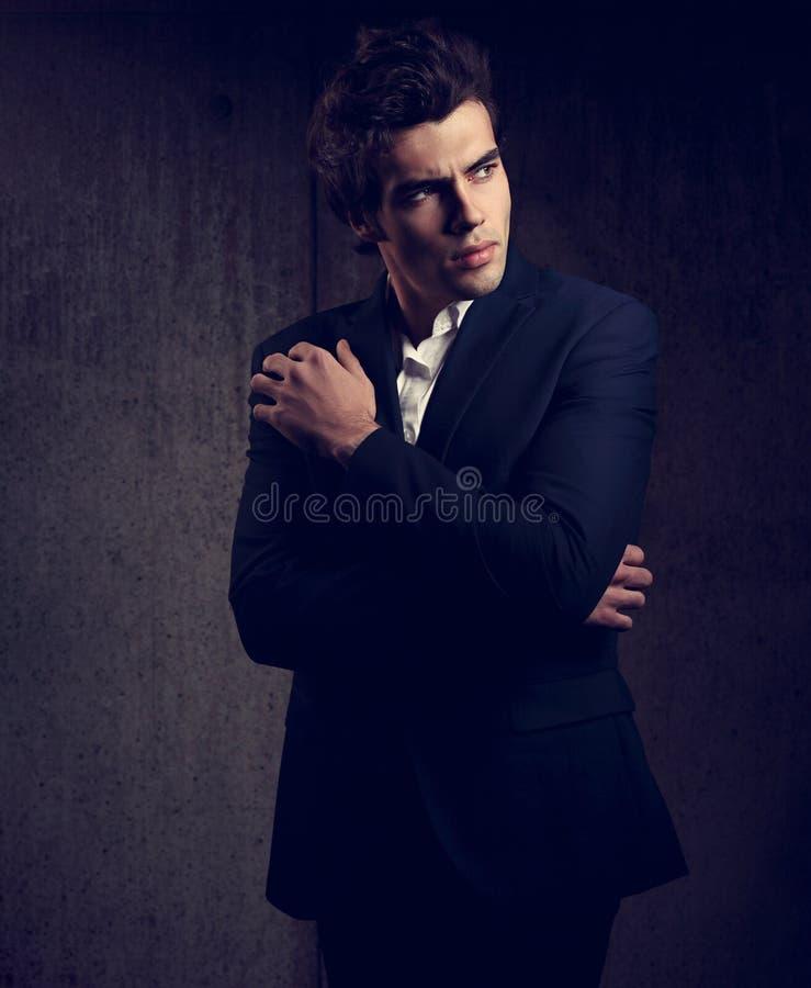 Χαρισματική όμορφη αρσενική πρότυπη τοποθέτηση στο μπλε κοστούμι μόδας και στοκ φωτογραφία με δικαίωμα ελεύθερης χρήσης