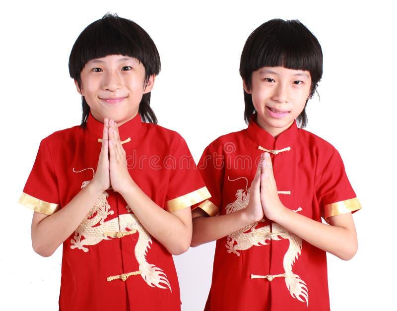 Χαριτωμένα αγόρια που φορούν το κόκκινο κινεζικό κοστούμι στοκ φωτογραφίες με δικαίωμα ελεύθερης χρήσης
