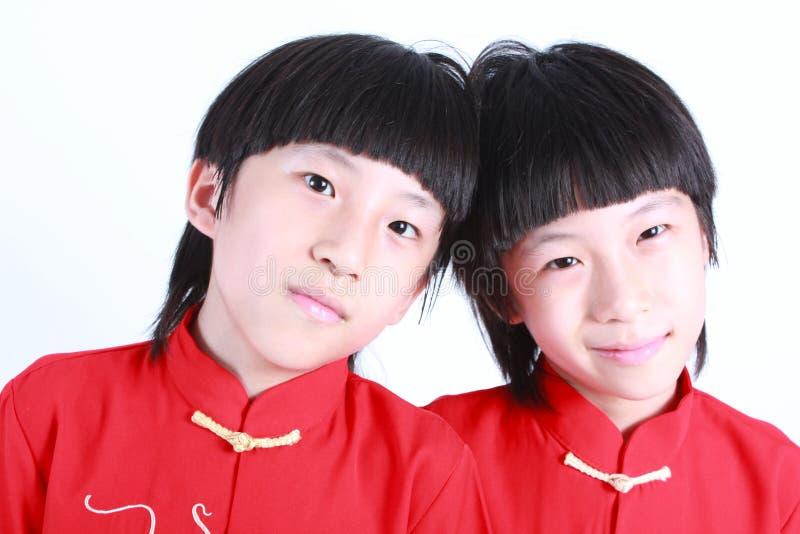 Χαριτωμένα αγόρια που φορούν το κόκκινο κινεζικό κοστούμι στοκ εικόνες