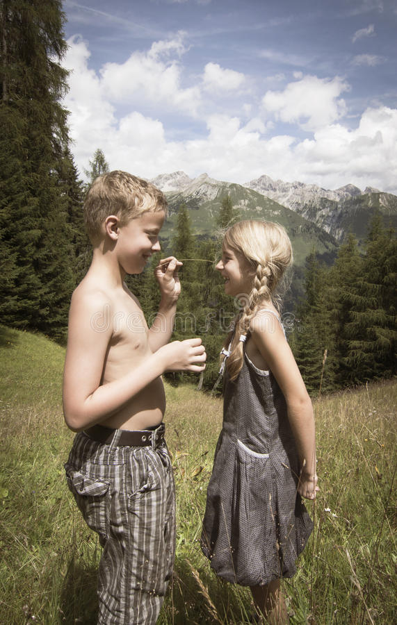 Χαριτωμένα αγόρι και κορίτσι στα βουνά ερωτευμένα στοκ φωτογραφία με δικαίωμα ελεύθερης χρήσης