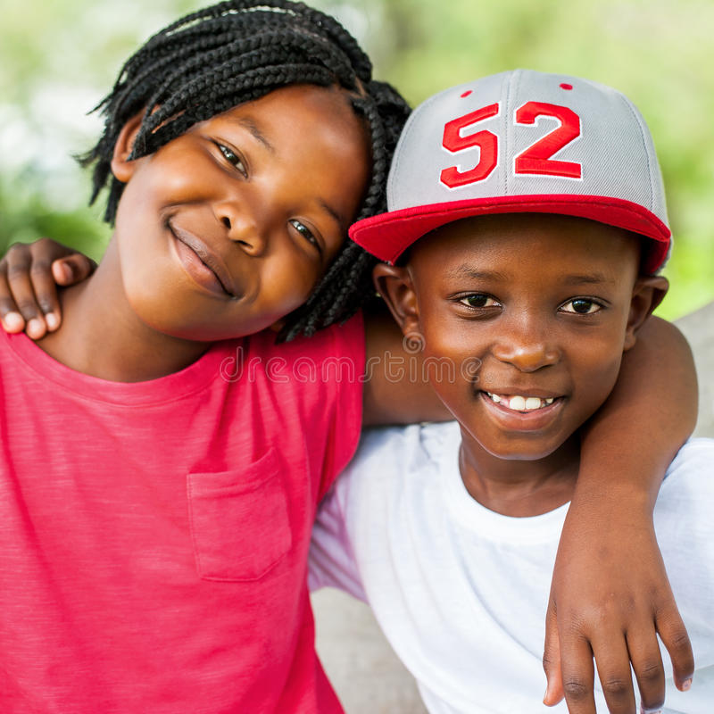 Χαριτωμένα αφρικανικά αγόρι και κορίτσι υπαίθρια στοκ εικόνα με δικαίωμα ελεύθερης χρήσης