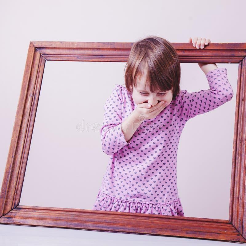 Χαριτωμένα γέλια λίγων κοριτσιών παιδιών στους κοινωνικούς κανόνες πέρα από το πλαίσιο Έννοια ελευθερίας και ανάπτυξης στοκ φωτογραφίες με δικαίωμα ελεύθερης χρήσης