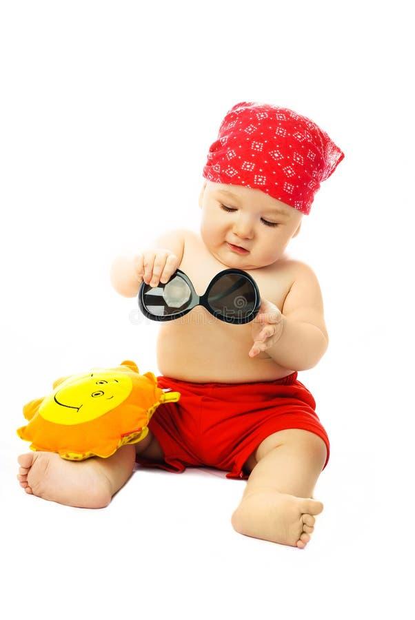 χαριτωμένα γυαλιά ηλίου τοποθέτησης μωρών στοκ εικόνες