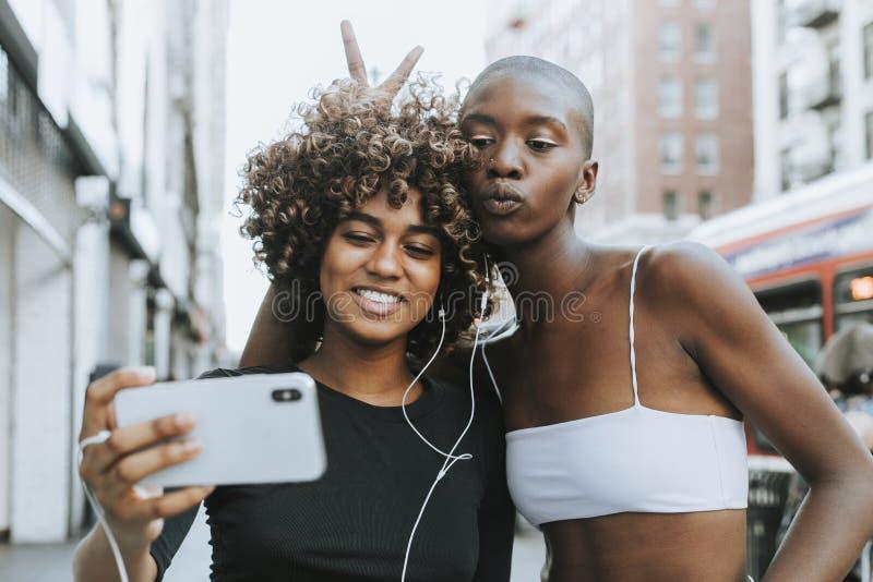 Χαριτωμένα κορίτσια που κάνουν μια τηλεοπτική κλήση στοκ εικόνες