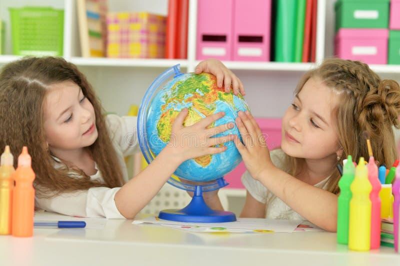 Χαριτωμένα κορίτσια στο μάθημα στοκ φωτογραφίες με δικαίωμα ελεύθερης χρήσης