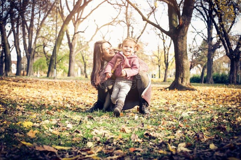 Χαριτωμένα μικρά κορίτσια στη φύση στοκ φωτογραφία με δικαίωμα ελεύθερης χρήσης