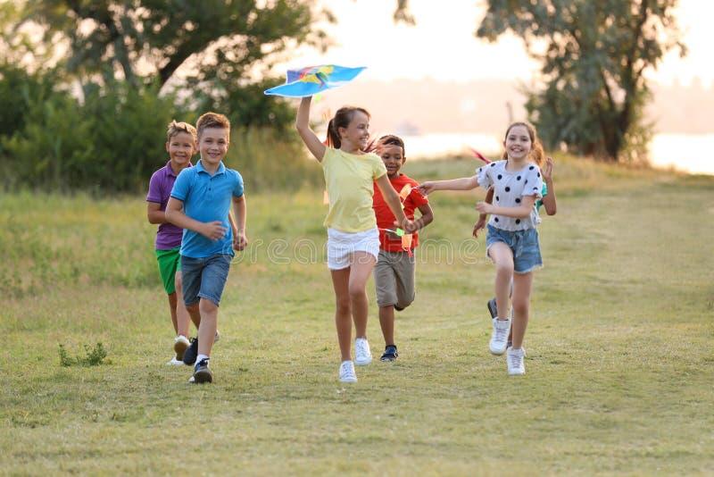 Χαριτωμένα μικρά παιδιά που παίζουν με τον ικτίνο στοκ εικόνες