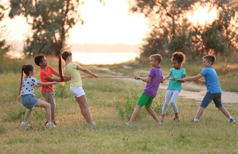 Χαριτωμένα μικρά παιδιά που παίζουν υπαίθρια στοκ εικόνα με δικαίωμα ελεύθερης χρήσης