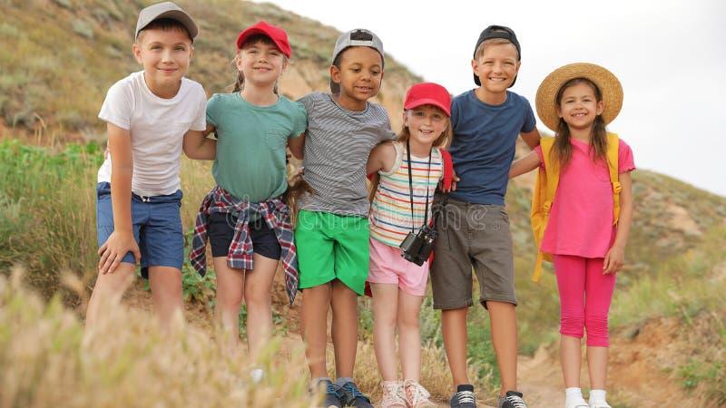 Χαριτωμένα μικρά παιδιά υπαίθρια τη θερινή ημέρα Στρατοπέδευση στοκ εικόνες