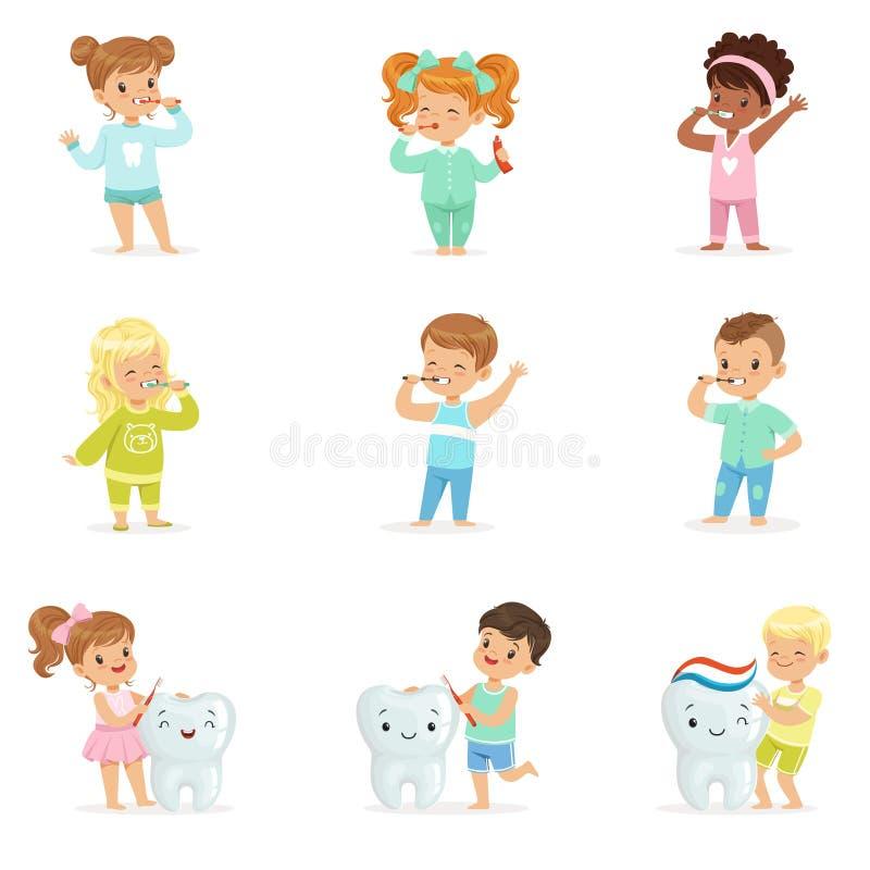 Χαριτωμένα μικρά παιδιά και κορίτσια που βουρτσίζουν τα δόντια Ζωηρόχρωμοι χαρακτήρες κινουμένων σχεδίων διανυσματική απεικόνιση