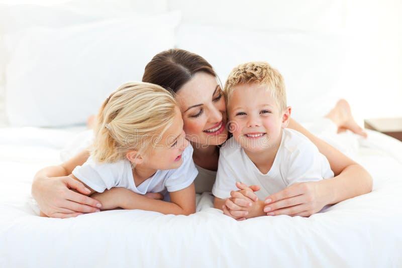 Χαριτωμένα παιδιά και το mom τους που έχουν τη διασκέδαση στοκ εικόνες με δικαίωμα ελεύθερης χρήσης