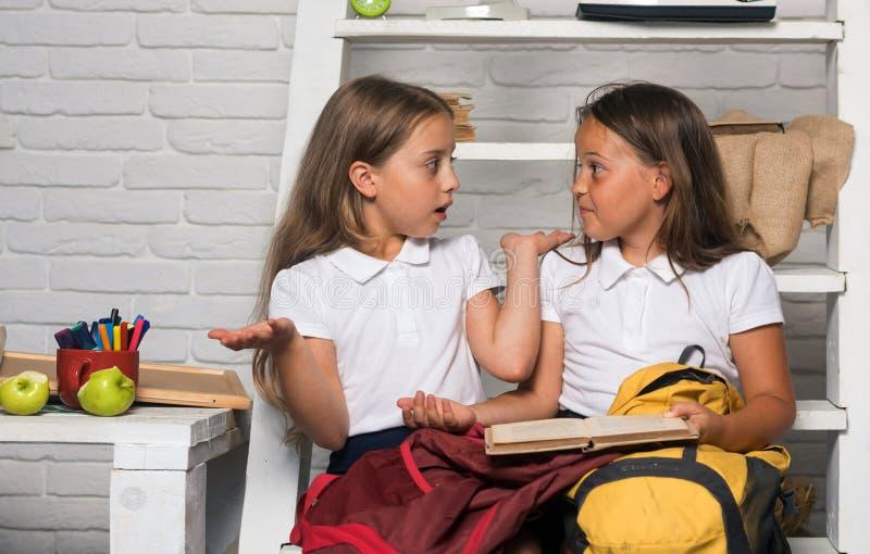 Χαριτωμένα παιδιά που διαβάζουν τα βιβλία στο άσπρο υπόβαθρο στοκ φωτογραφία