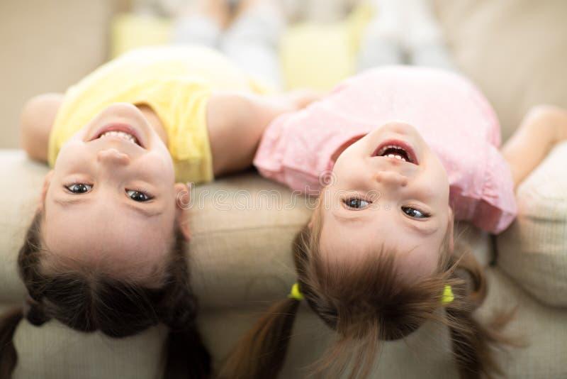 Χαριτωμένα παιδιά που παίζουν και χαλαρώνουν μαζί στο σπίτι στοκ εικόνες