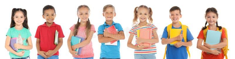 Χαριτωμένα παιδιά σχολείου με τα χαρτικά στοκ φωτογραφία με δικαίωμα ελεύθερης χρήσης