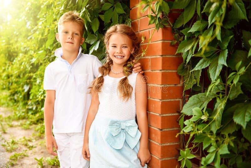 Χαριτωμένα παιδιά το καλοκαίρι στοκ εικόνες