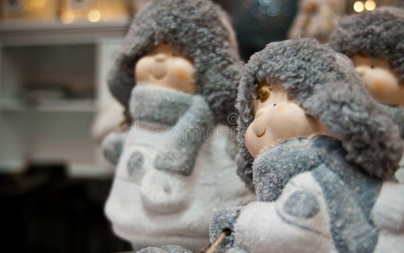 Χαριτωμένα παιχνίδια χειμερινών Χριστουγέννων των παχουλών ειδωλίων παιδιών στοκ φωτογραφία με δικαίωμα ελεύθερης χρήσης