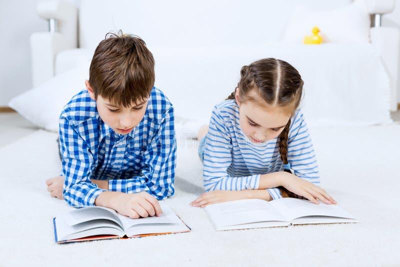 Χαριτωμένα παιδιά που διαβάζουν τα βιβλία στοκ εικόνες με δικαίωμα ελεύθερης χρήσης