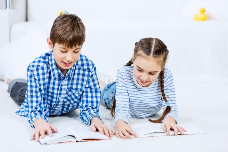 Χαριτωμένα παιδιά που διαβάζουν τα βιβλία στοκ εικόνες