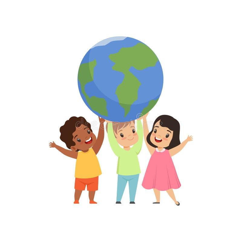 Χαριτωμένα πολυπολιτισμικά παιδάκια που στέκονται κάτω από τη γήινη σφαίρα και που κρατούν την, φιλία, conceptvector ενότητας ελεύθερη απεικόνιση δικαιώματος