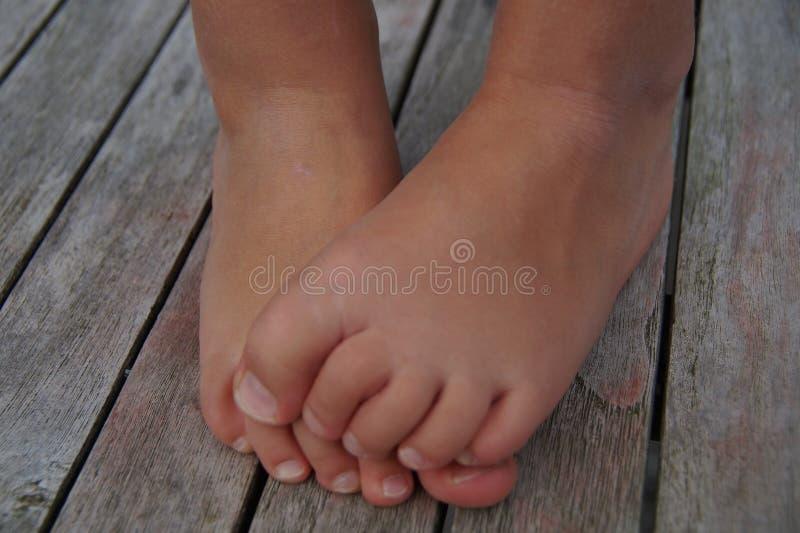Χαριτωμένα πόδια παιδιών - ρίψη στοκ φωτογραφία με δικαίωμα ελεύθερης χρήσης