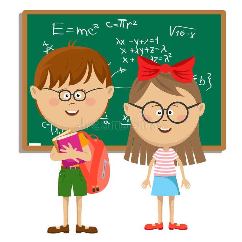 Χαριτωμένα σχολικά παιδιά με τα γυαλιά που στέκονται κοντά στον πίνακα πίσω σχολείο έννοιας απεικόνιση αποθεμάτων