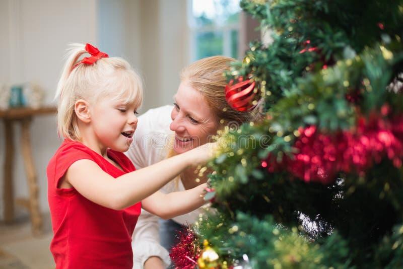 Χαριτωμένα Χριστούγεννα εορτασμού κορών και μητέρων στοκ εικόνα