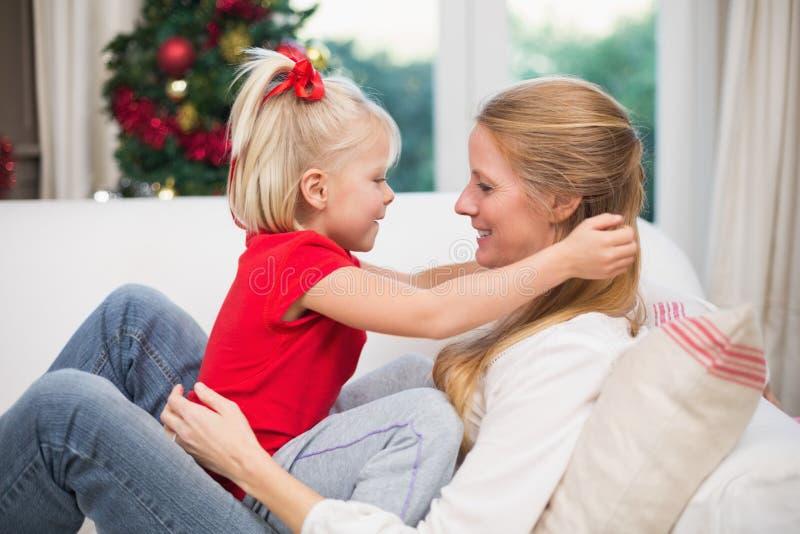 Χαριτωμένα Χριστούγεννα εορτασμού κορών και μητέρων στοκ φωτογραφία