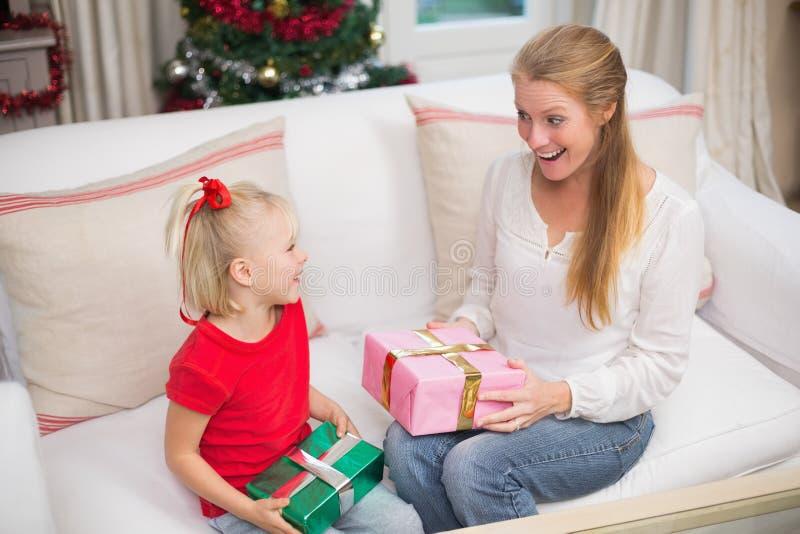 Χαριτωμένα Χριστούγεννα εορτασμού κορών και μητέρων στοκ φωτογραφίες