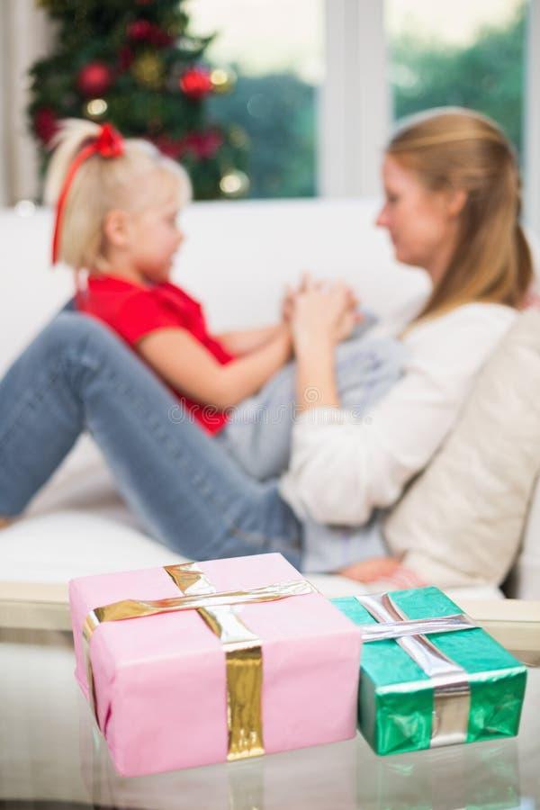 Χαριτωμένα Χριστούγεννα εορτασμού κορών και μητέρων στοκ εικόνες