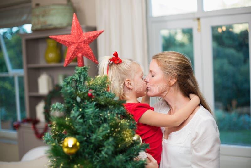 Χαριτωμένα Χριστούγεννα εορτασμού κορών και μητέρων στοκ φωτογραφία με δικαίωμα ελεύθερης χρήσης