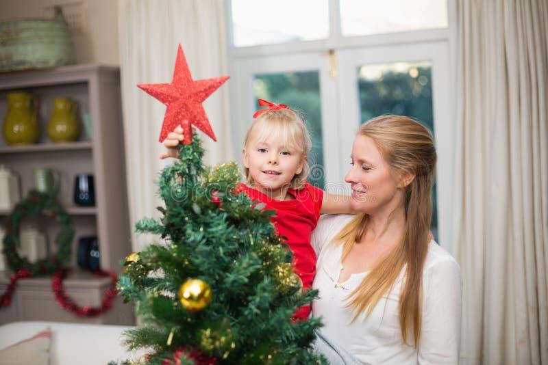 Χαριτωμένα Χριστούγεννα εορτασμού κορών και μητέρων στοκ εικόνα με δικαίωμα ελεύθερης χρήσης